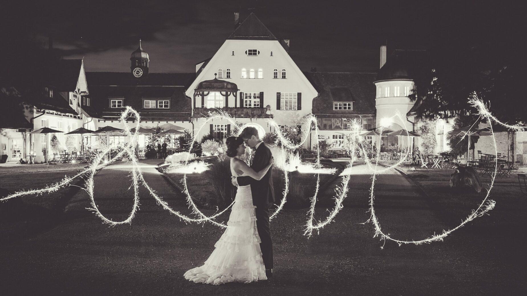 Abendfoto Brautpaar mit Lichtmalerei auf Gut Sonnenhausen