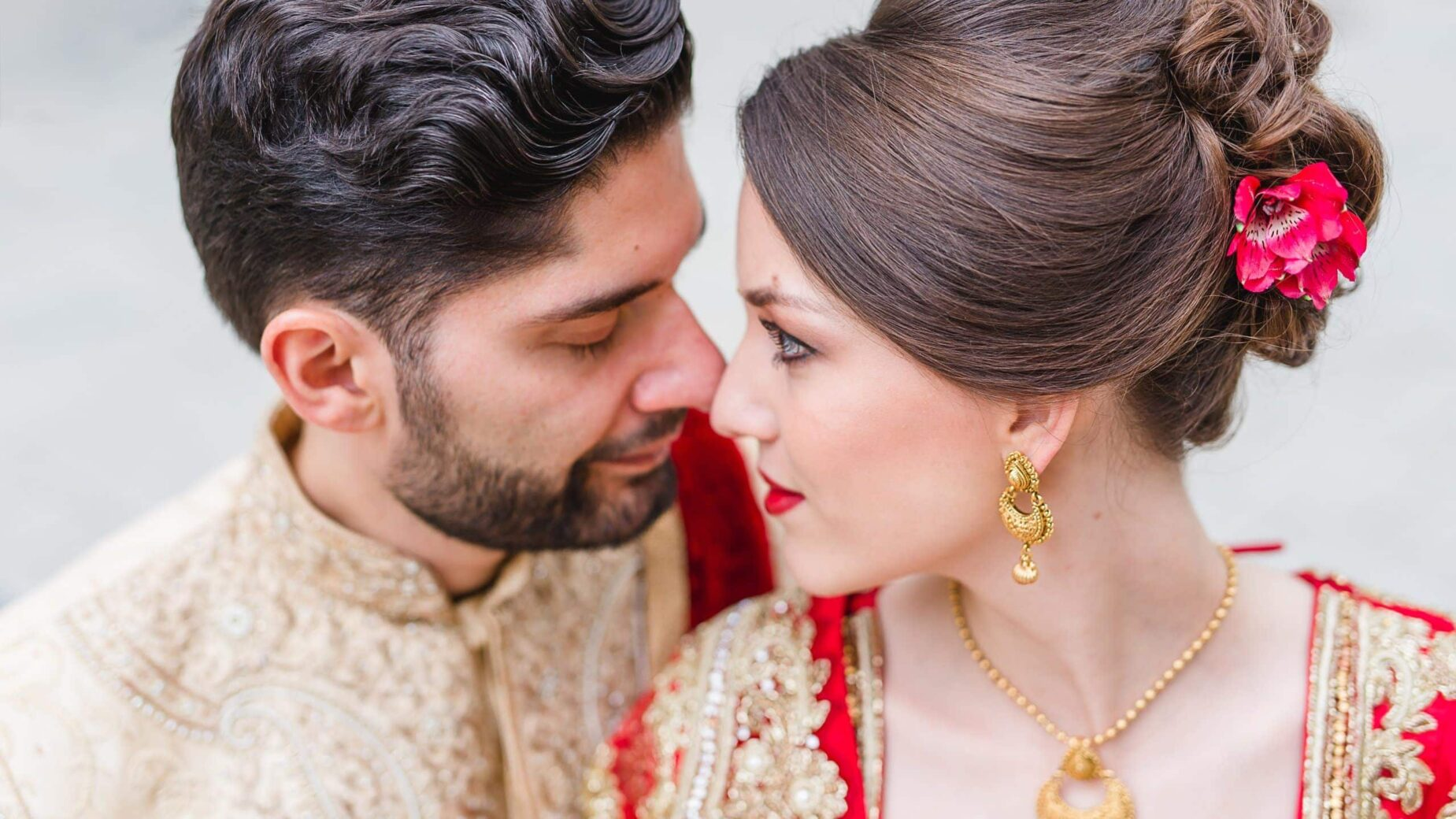 Indisches Hochzeitspaar mit goldenem Schmuck in München, Bayern