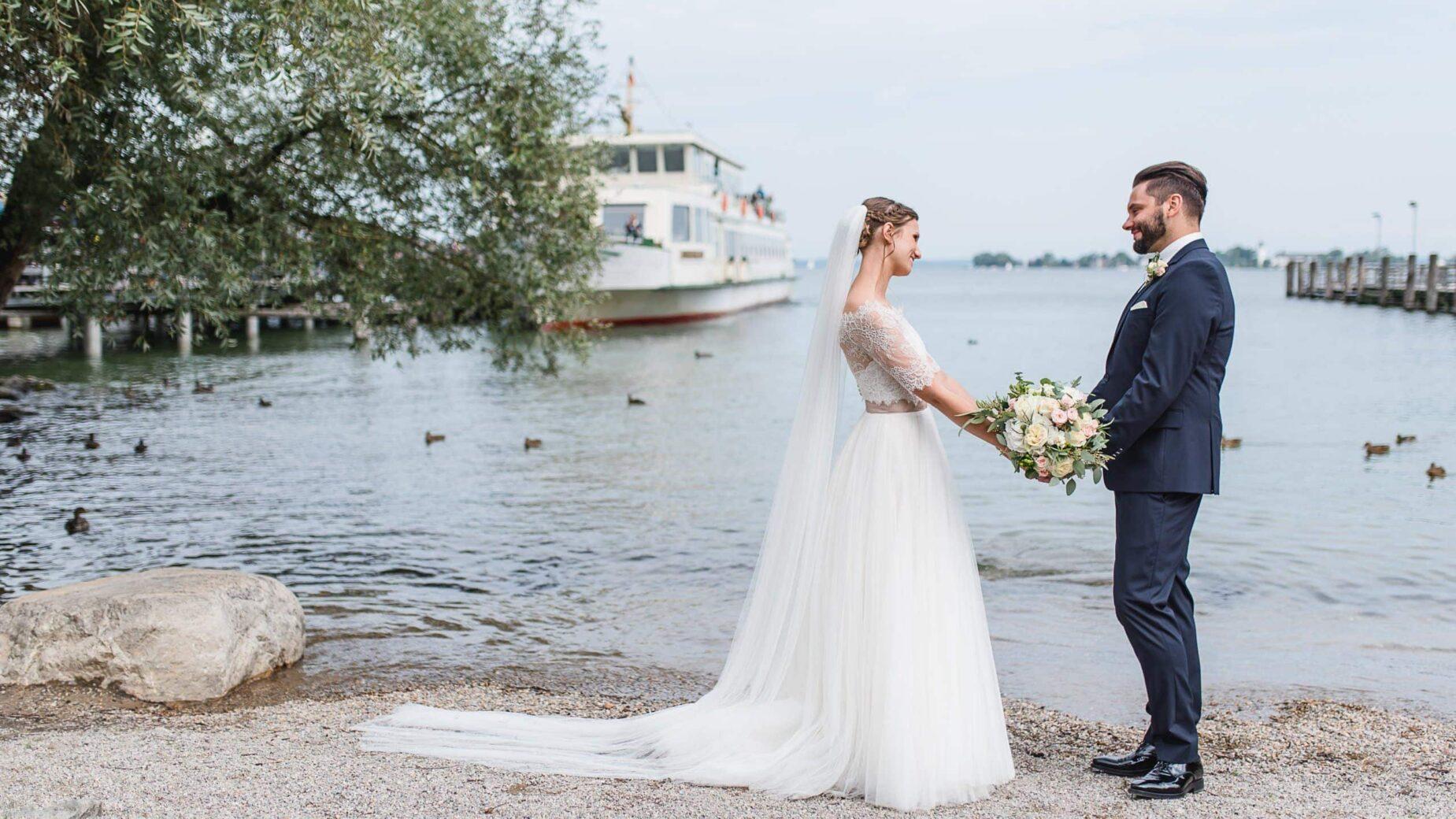 Hochzeitspaar am See, Spitzenjäckchen und Fliege, Chiemsee, Achental, Jung und Wild design professionelle Hochzeitsfotos rund um München, Pfaffenhofen, Ingolstadt, Augsburg