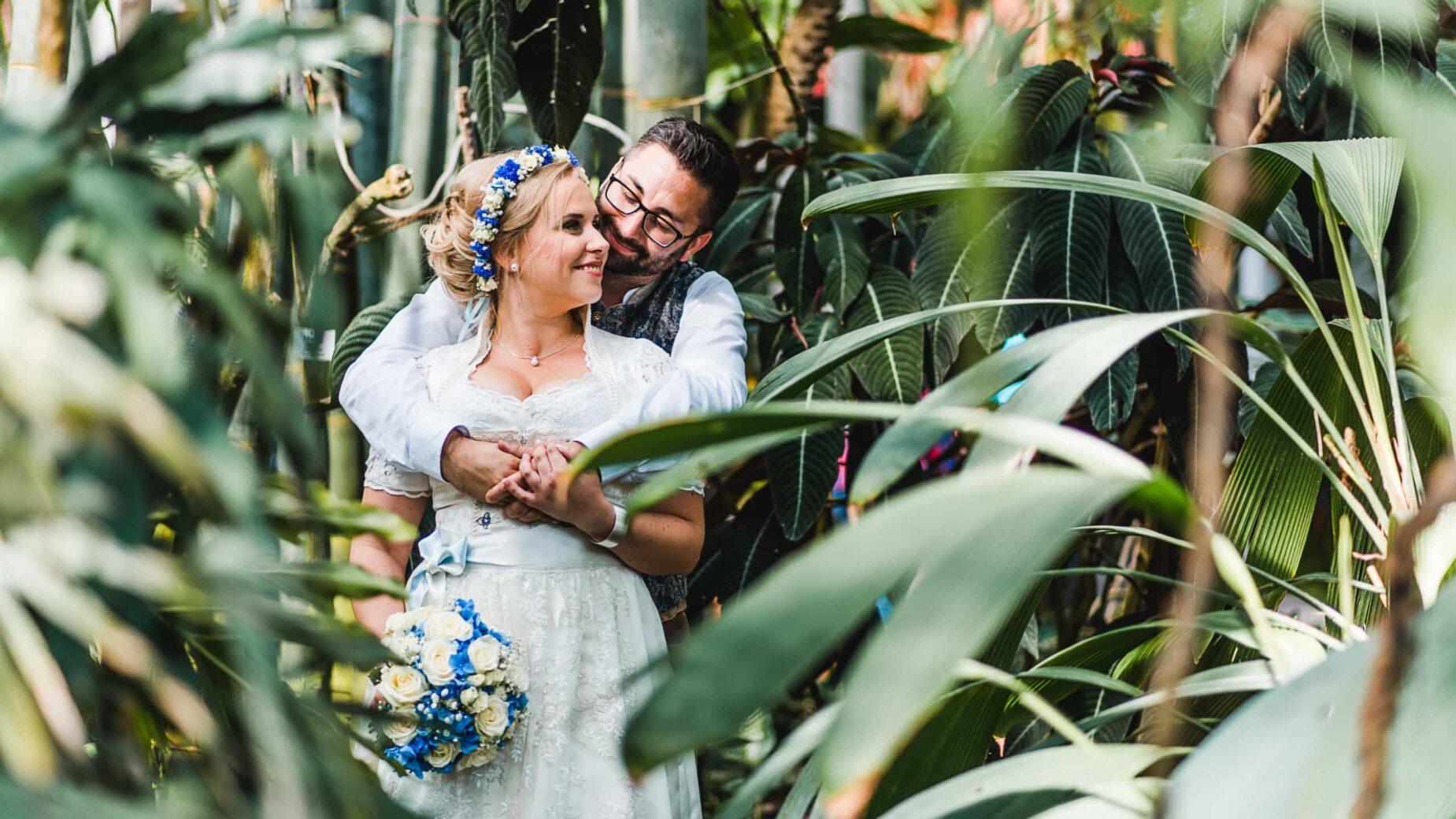 Professionelle Hochzeitsfotos in der Stadt, München, Ingolstadt, Augsburg, Landshut, Freising, Erding - Hochzeitspaar im Sommer im botanischen Garten von Jung und Wild design