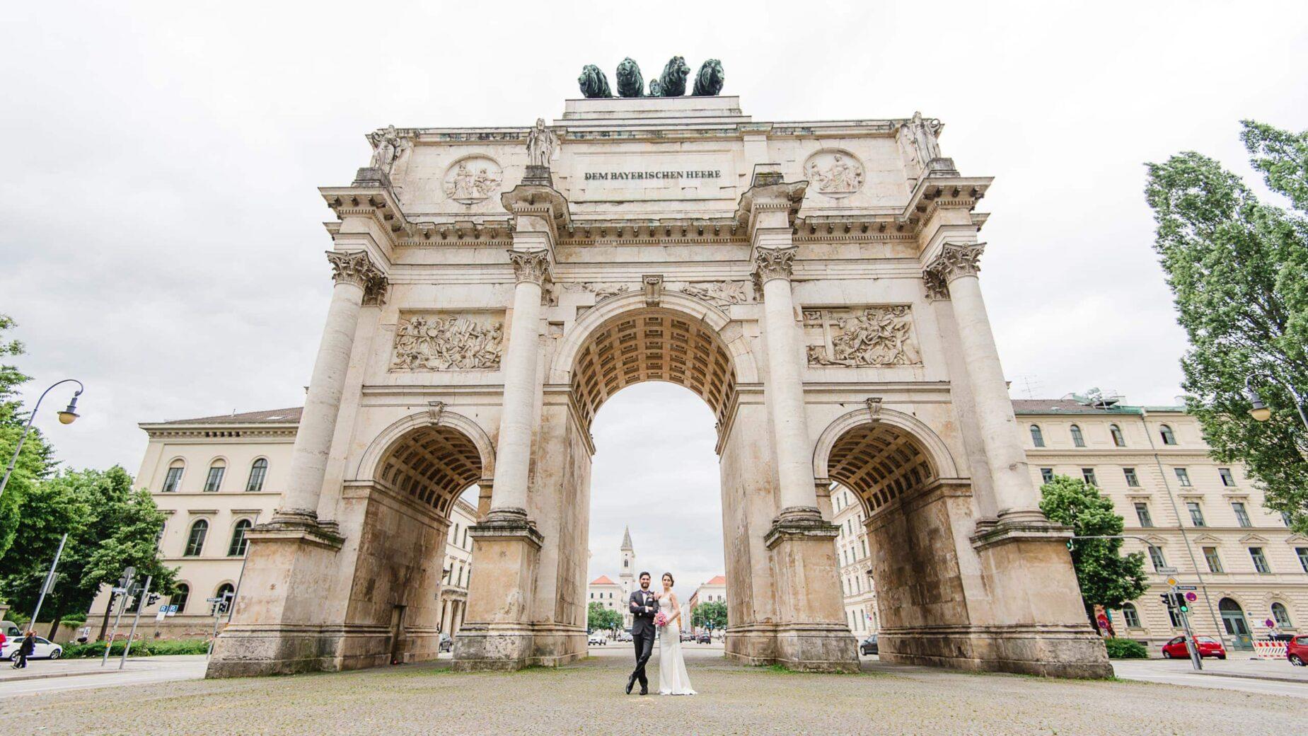 Professionelle Hochzeitsfotos in der Stadt, München, Ingolstadt, Augsburg, Landshut, Freising, Erding - Hochzeitspaar im Sommer in der Münchner Innenstadt von Jung und Wild design