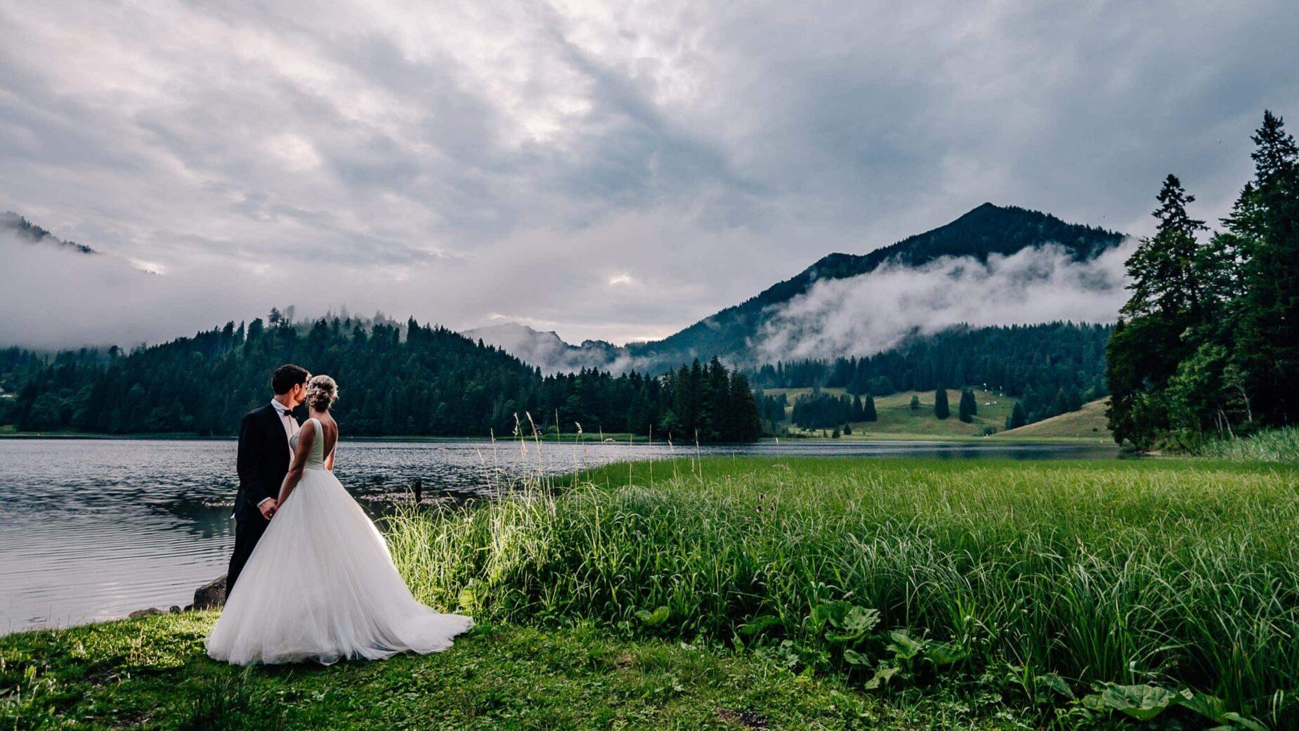 Professionelle Hochzeitsfotos am See, Hochzeitsfotografin aus Pfaffenhofen, Scheyern, Regenhochzeit am Spitzingsee, Berghochzeit