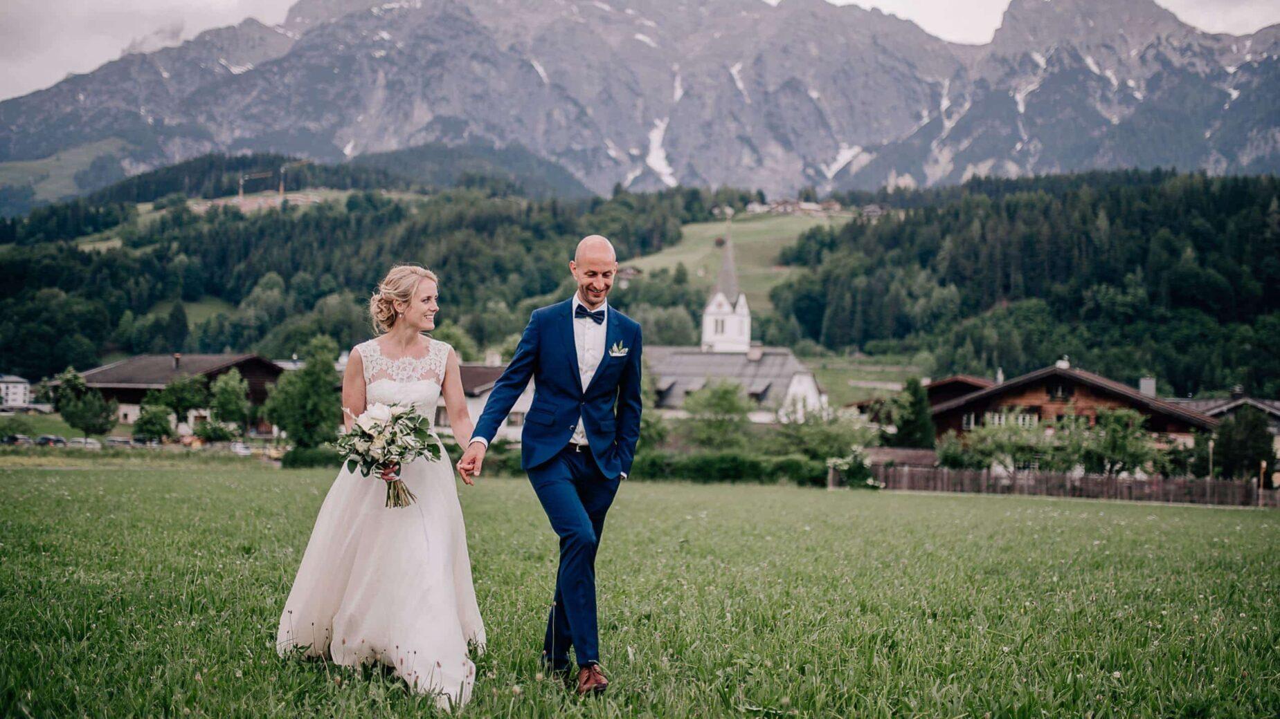 Professionelle Hochzeitsfotografie - Hochzeitsreportage in Leogang am Kirchenwirt in den Bergen, Hochzeitsfotos von Mica Zeitz, Jung und Wild design rund um München, Ingolstadt, Pfaffenhofen, Augsburg