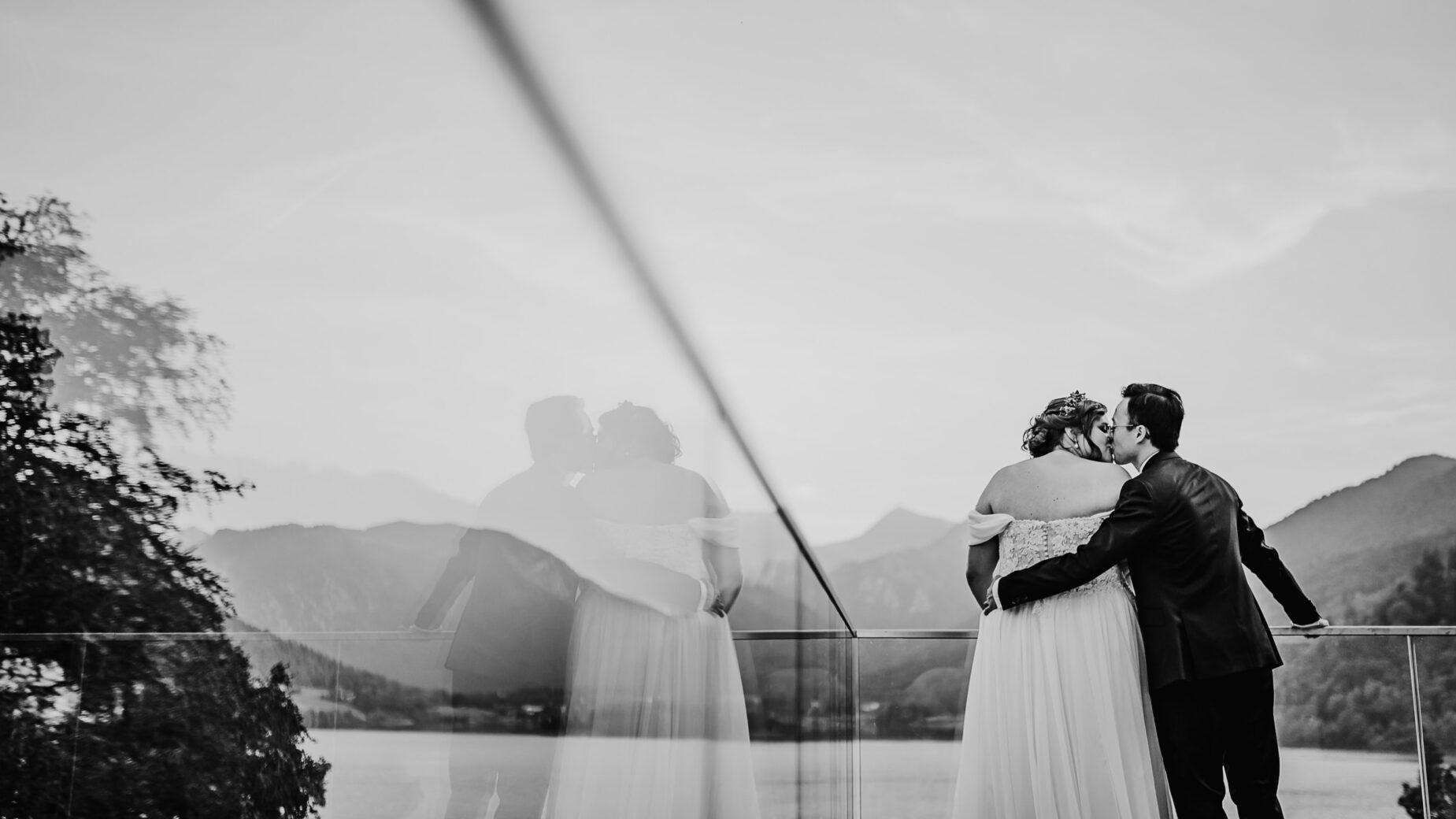 Brautpaarfotos am Schliersee, Hochzeitsreportage in und um München, Ingolstadt, Pfaffenhofen und in den Bergen von Mica Zeitz, Jung und Wild design
