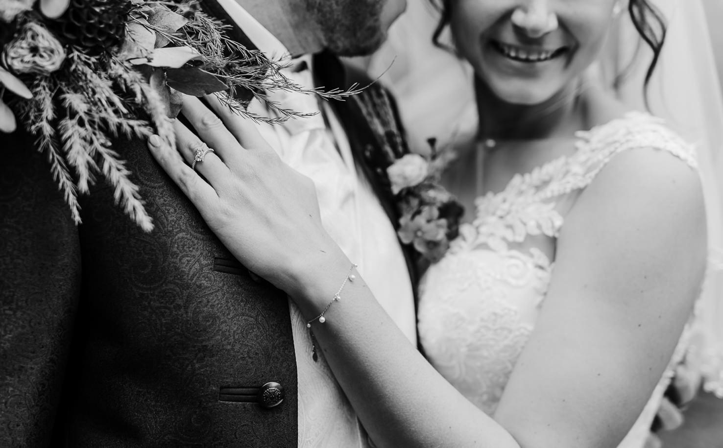 Moderne und lebendige Hochzeitsfotografie in und um München, Ingolstadt und Pfaffenhofen. Hochzeitspaar in der Alten Gärtnerei, Taufkirchen